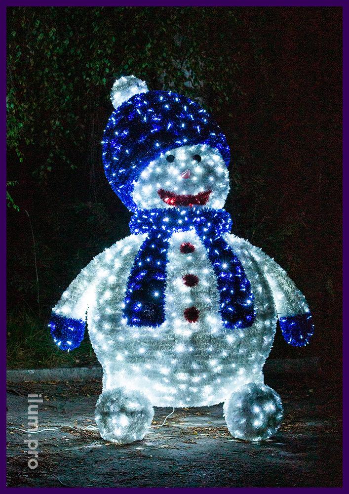Снеговик с гирляндами и блестящей мишурой, объёмные декорации на Новый год