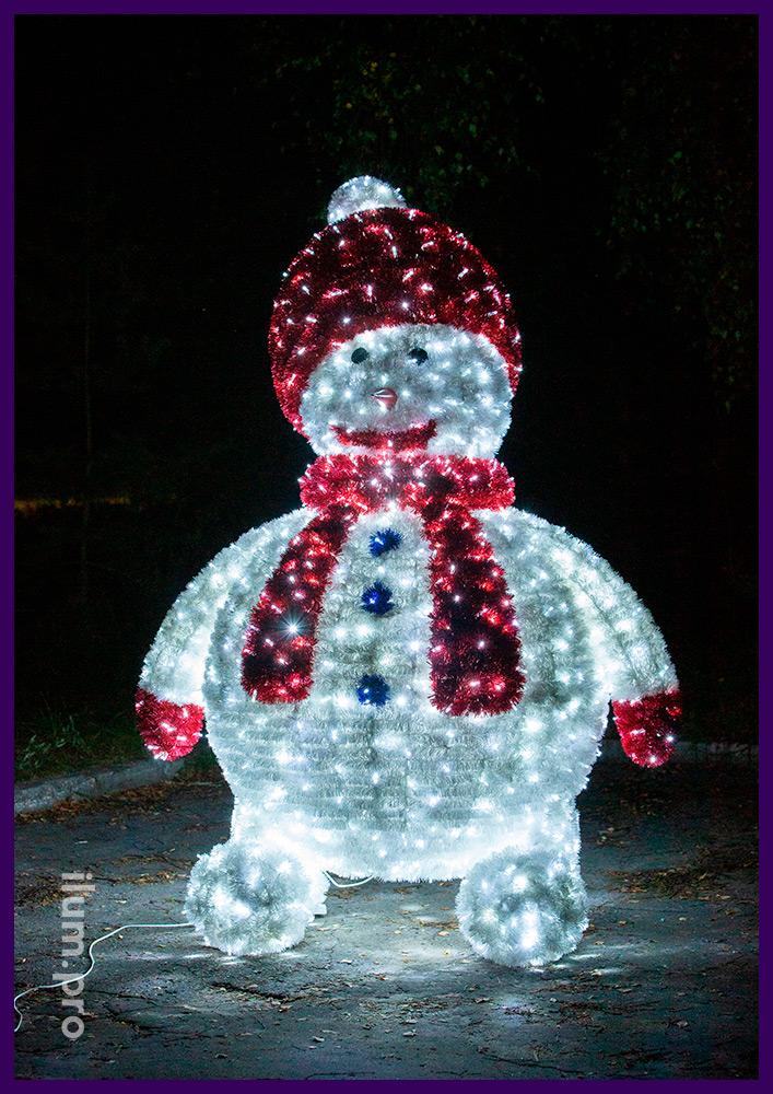 Снеговики для украшения города на Новый год, декоративные фигуры с гирляндами и мишурой