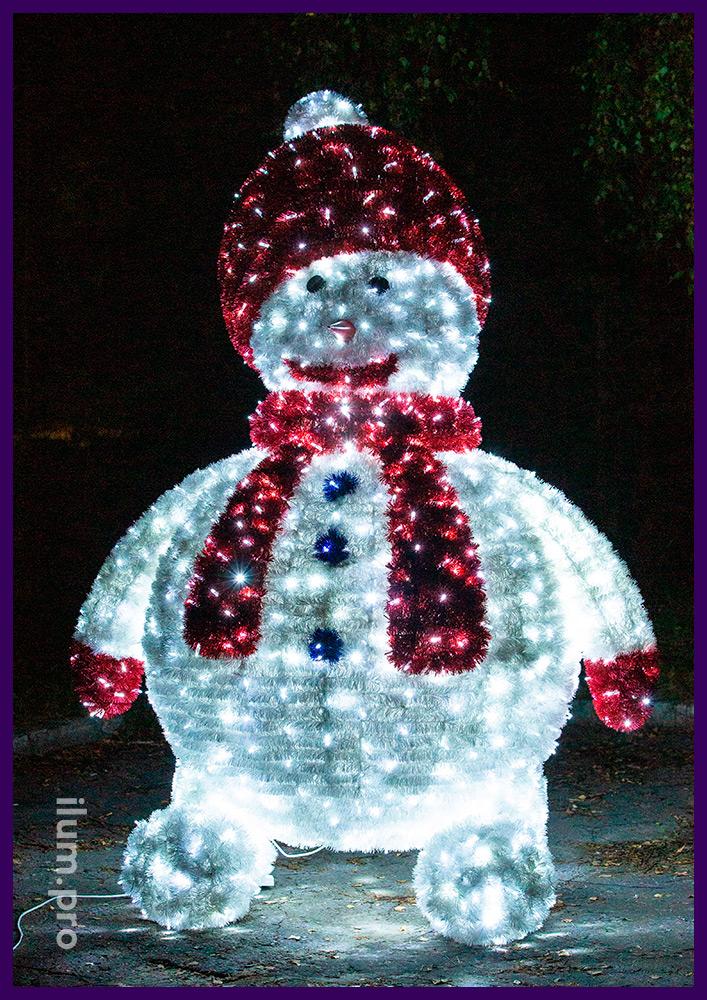 Новогодние декорации для украшения торговых центров - фигуры снеговиков с мишурой и гирляндами для улицы и помещений
