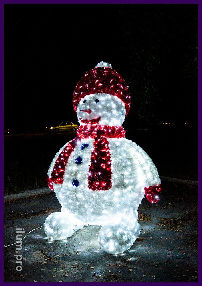 Снеговик из гирлянд и мишуры на каркасе из алюминиевого сплава, фигура в шапке и шарфе