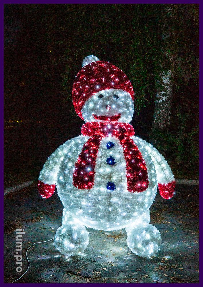 Снеговик высотой 2,5 метра из пушистой мишуры и гирлянд, шапка и шарф красного цвета