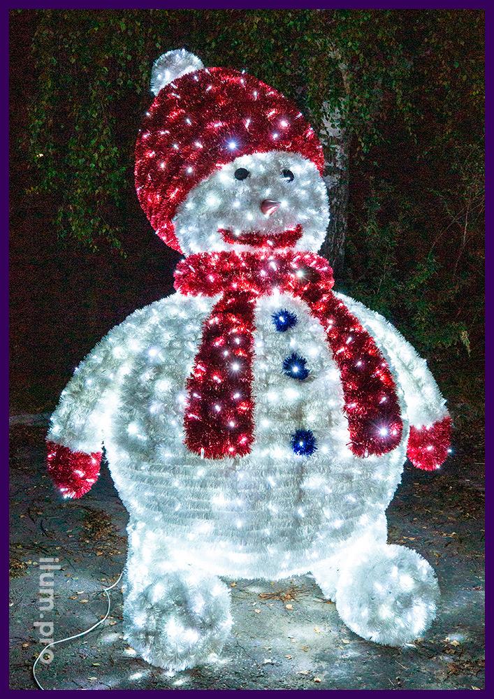 Снеговик с красной шапкой и шарфом - световая фигура из гирлянд и мишуры на металлическом каркасе