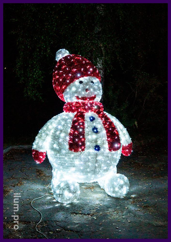Каркасная металлическая фигура снеговика с пушистой мишурой и гирляндами на Новый год