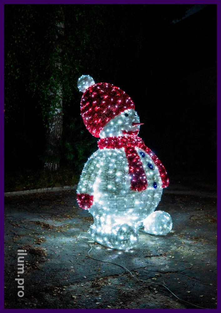 Высокая декоративная фигура снеговика из мишуры и светодиодных гирлянд с защитой от влаги