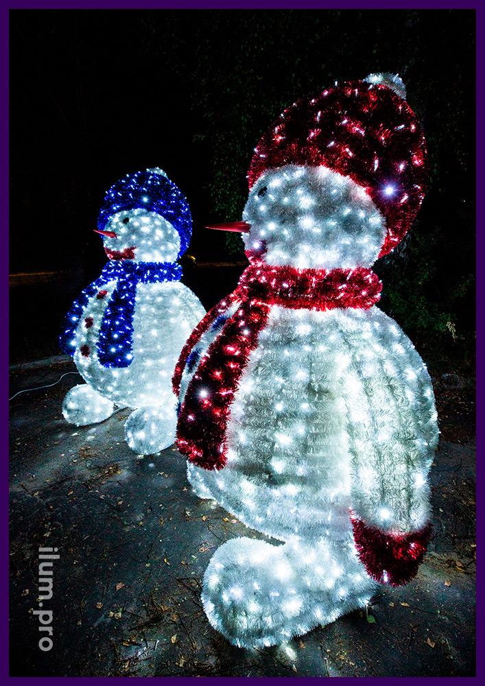 Большие светящиеся фигуры снеговиков с покрытием пушистой мишурой и гирляндами белого цвета