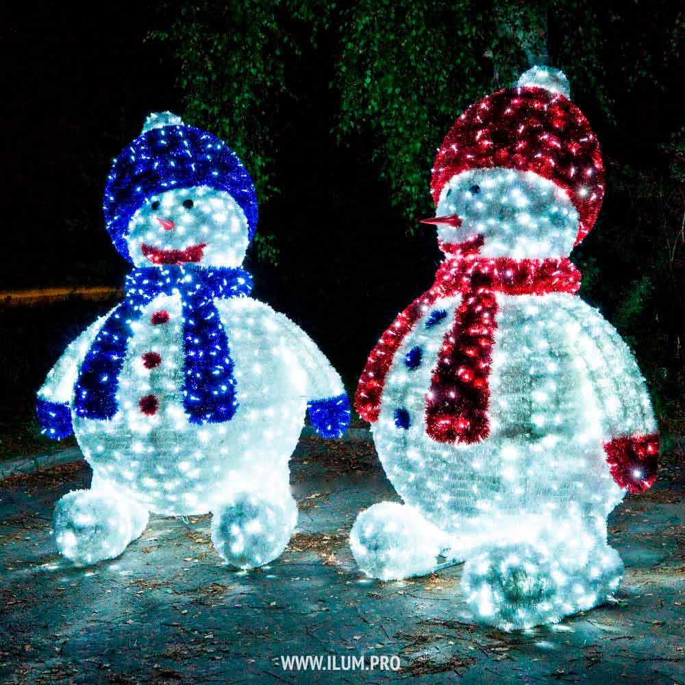 Большие светящиеся снеговики с гирляндами и мишурой