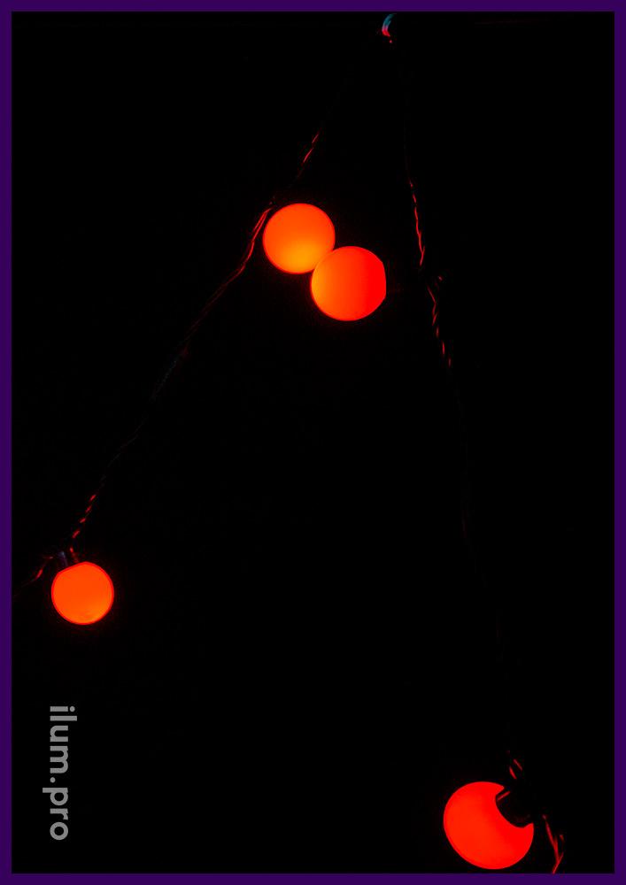 Иллюминация с крупными лампочками красного цвета на чёрном проводе - мультишарики