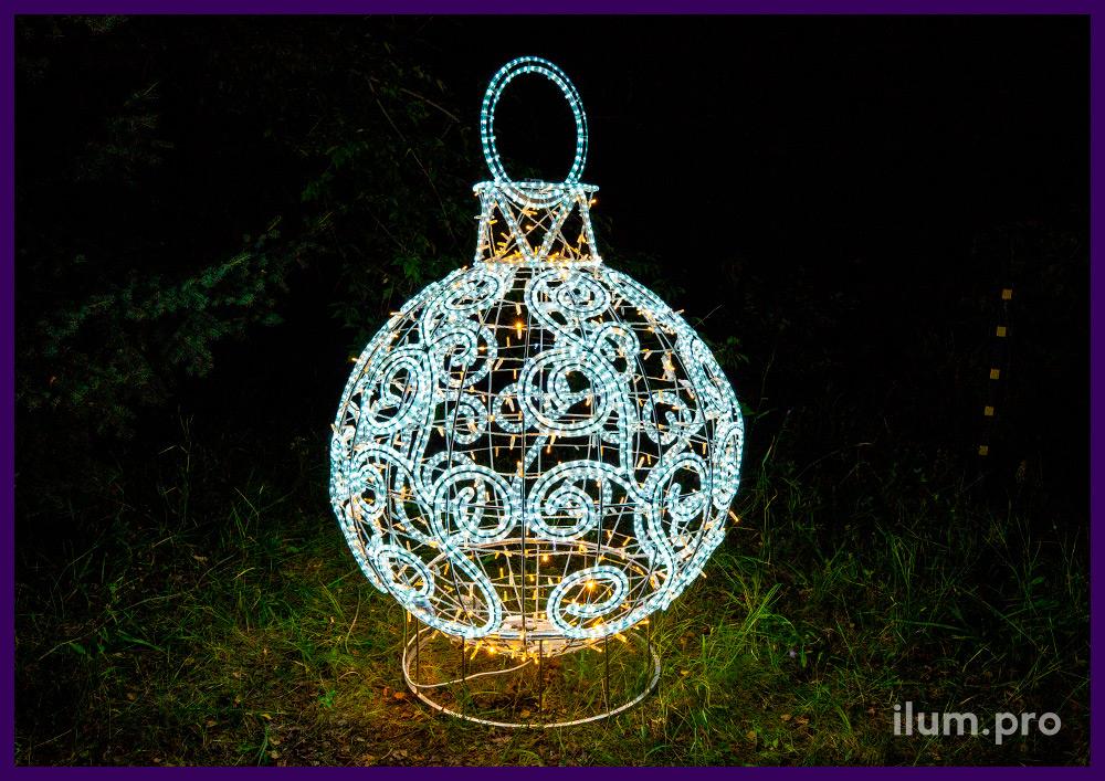 Новогодние украшения в форме ёлочных игрушек из гирлянд и дюралайта белого и тёпло-белого цвета