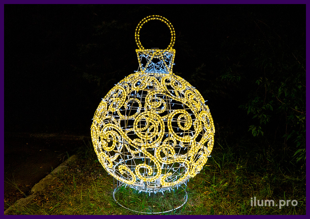Декорации на Новый год в форме ёлочных игрушек с подсветкой гирляндами
