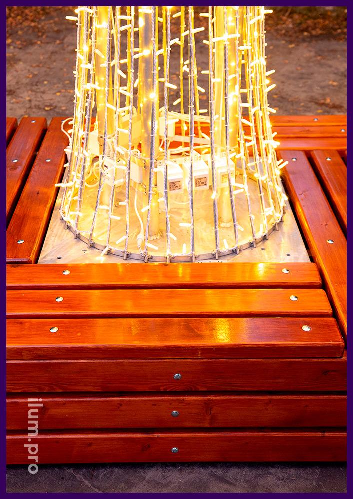 Светодиодное дерево с гирляндами и скамейкой из досок