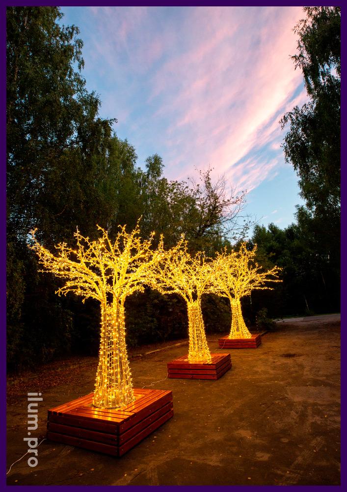 Деревья светодиодные с гирляндами и каркасом из алюминия, деревянная скамейка