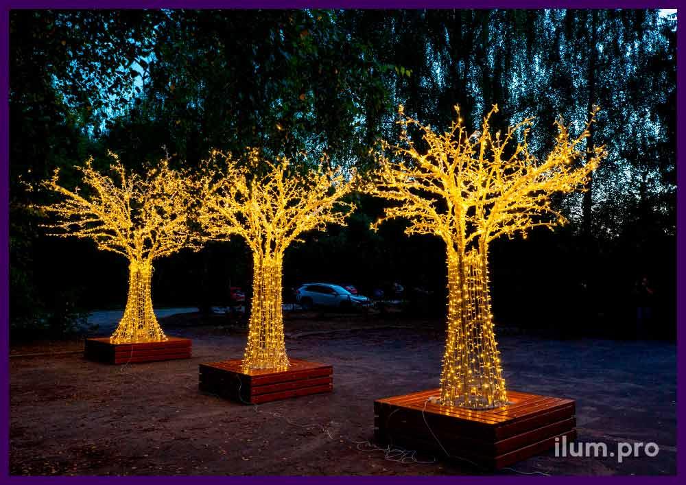 Деревья с металлическим каркасом и тёпло-белыми светодиодными гирляндами