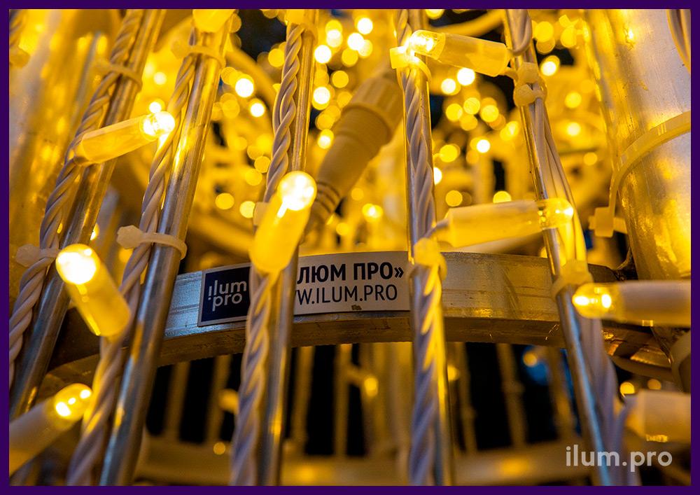 Праздничные декорации для города в форме светящихся деревьев с гирляндами