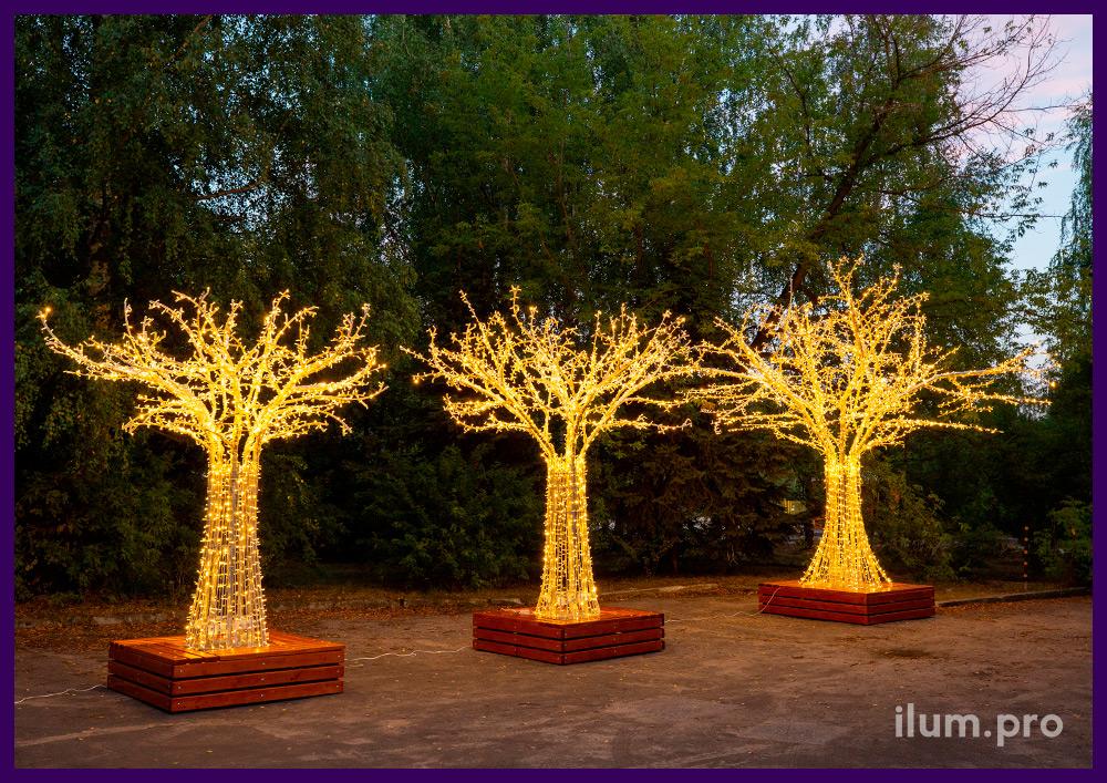 Три светодиодных дерева с гирляндами разной высоты на улице