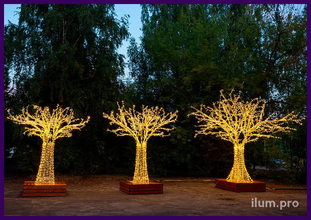 Светодиодные деревья разных размеров со скамейками и гирляндами