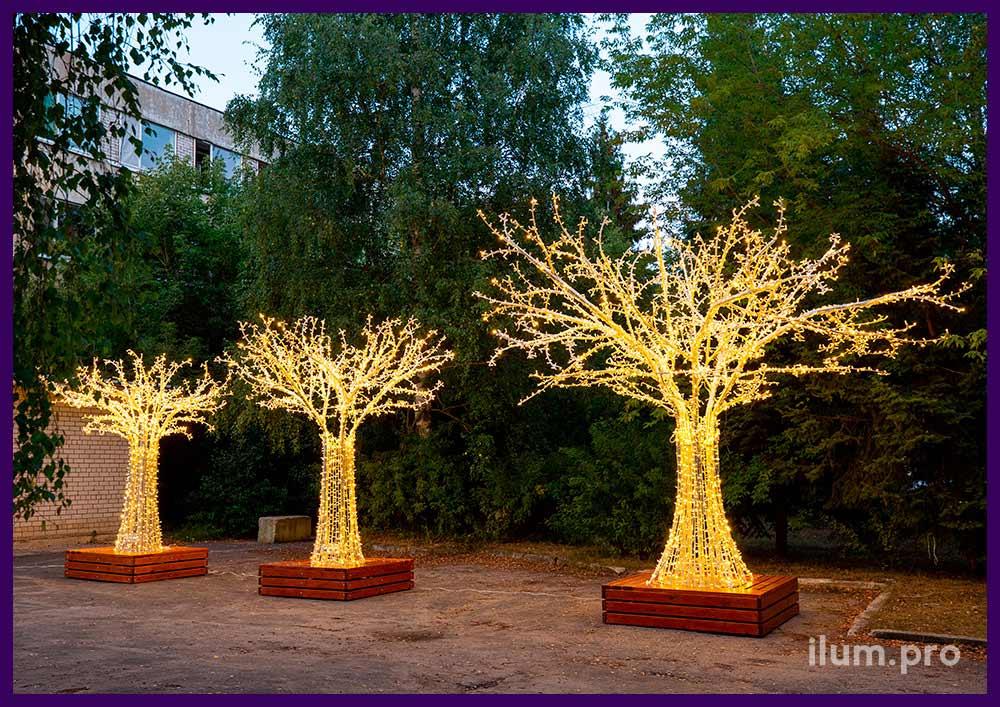 Уличные светодиодные деревья из металлического каркаса и гирлянд тёплых оттенков