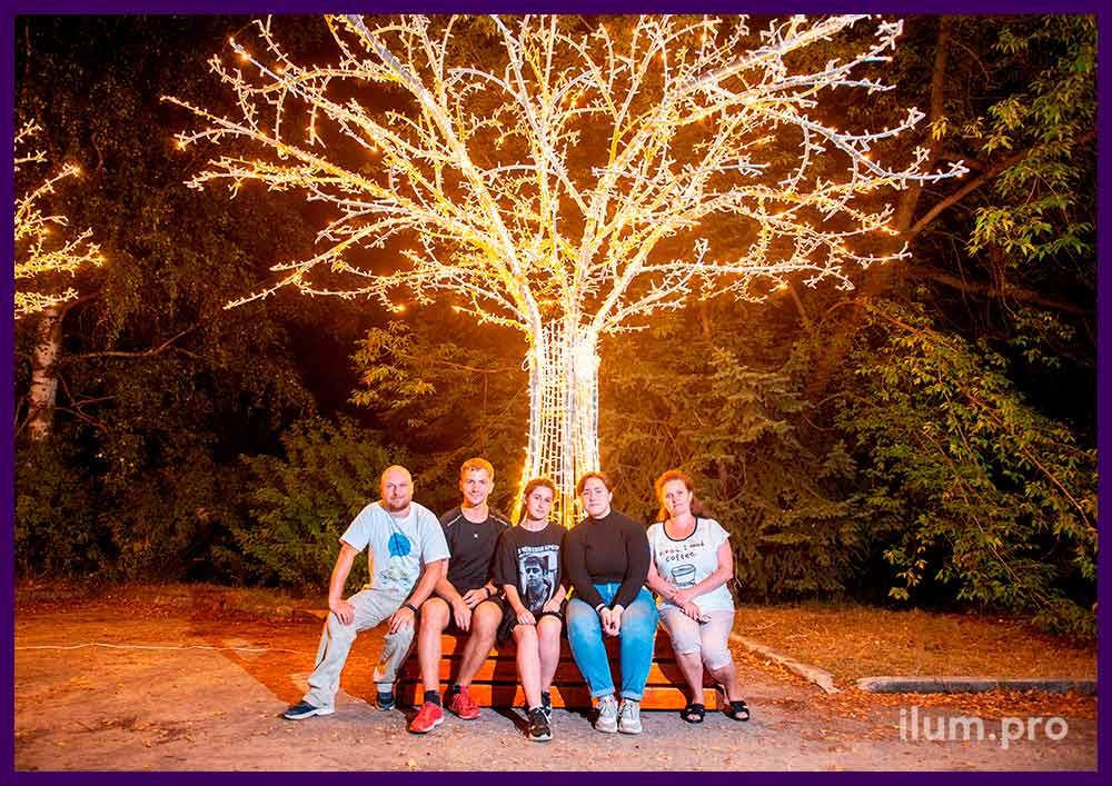 Дерево из светодиодных гирлянд на металлическом каркасе, скамейка в основании