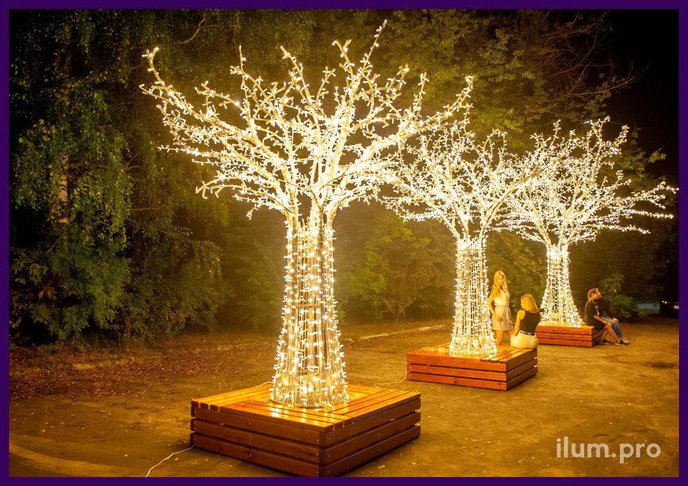 Деревья светящиеся с металлическим каркасом и скамейками из дерева