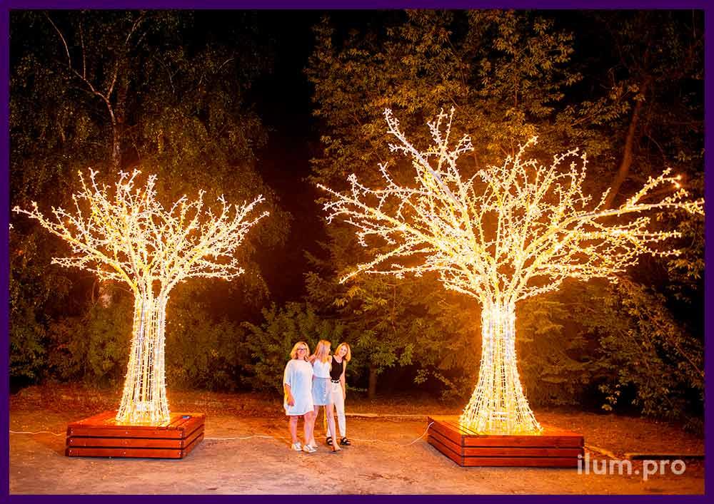 Фотозона со светодиодными деревьями из гирлянд и алюминиевых труб