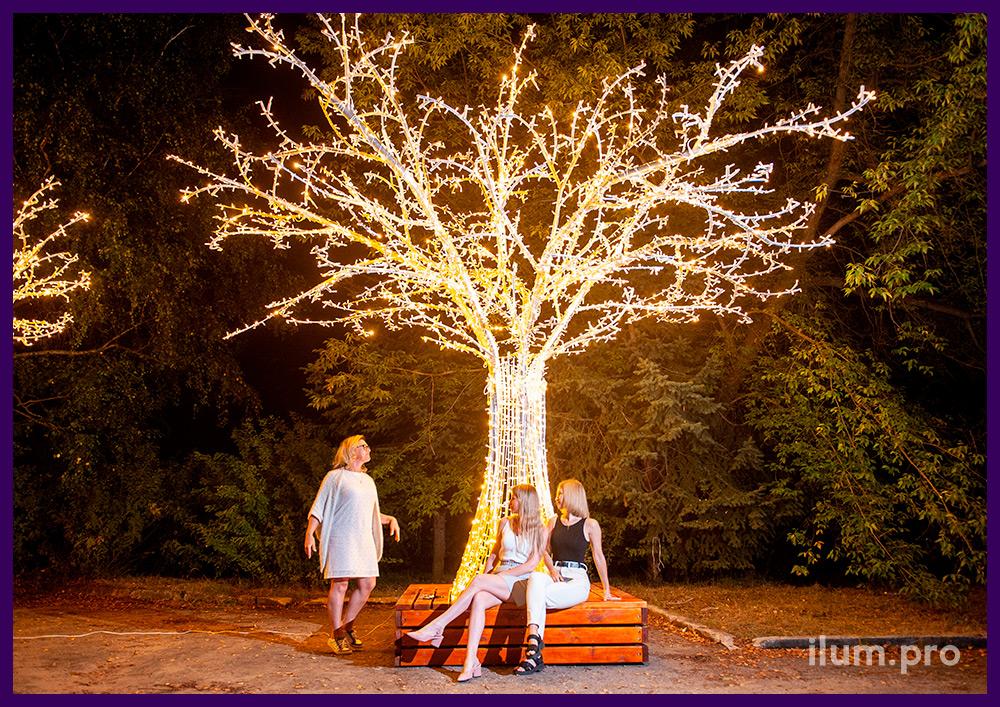Деревья с тёпло-белыми светодиодными гирляндами и каркасом из алюминиевых труб