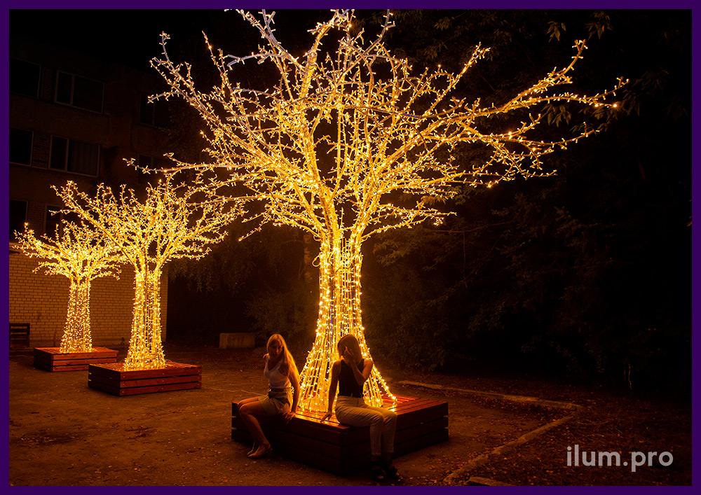 Три светодиодных дерева разных размеров из алюминия с гирляндами и скамейками