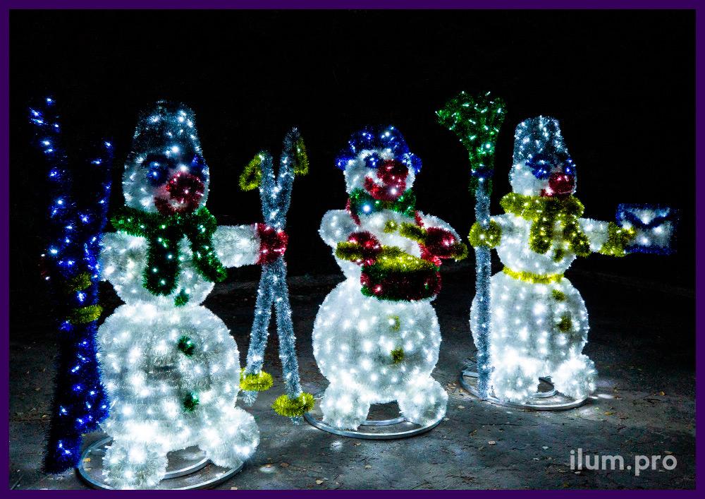 Фигуры снеговиков с мишурой и гирляндами, объёмные декорации на Новый год
