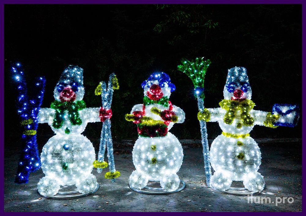 Световые фигуры снеговиков с гирляндами, уличные декорации с мишурой на проволоке