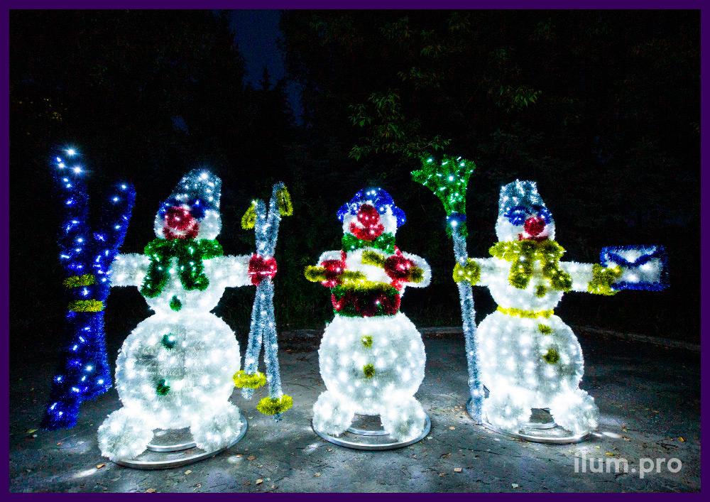 Декорации новогодние в виде снеговиков с подсветкой гирляндами и украшением мишурой