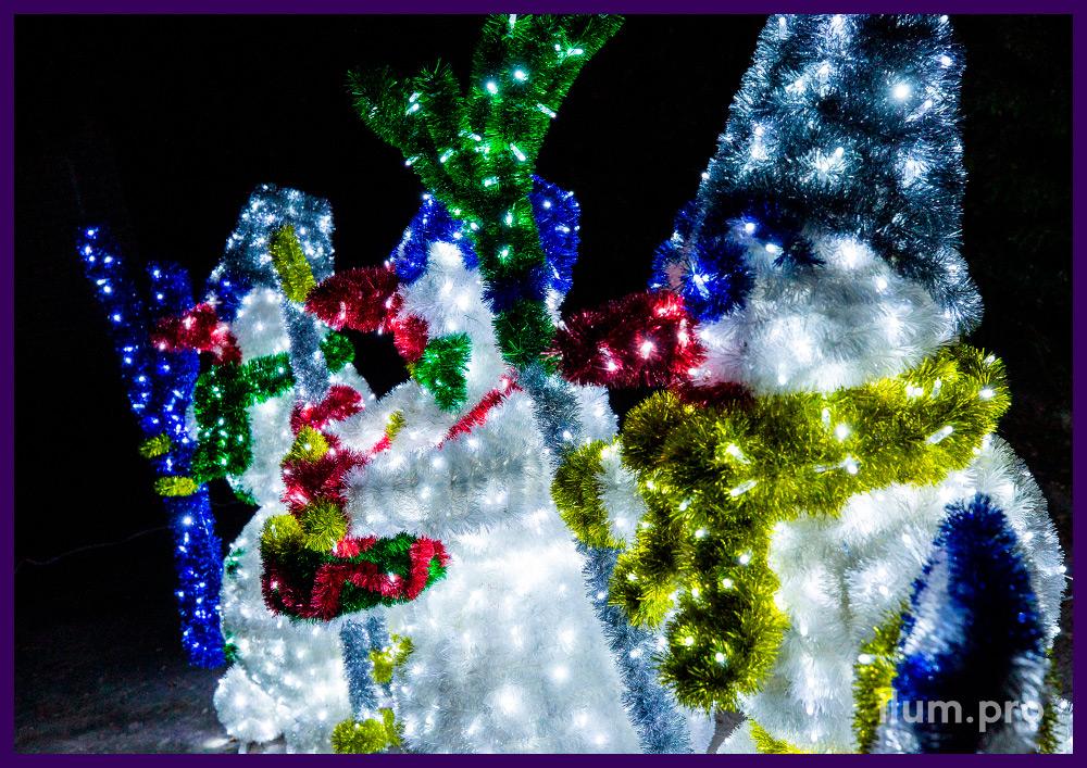 Декорации на Новый год в форме снеговиков с разноцветными гирляндами и мишурой