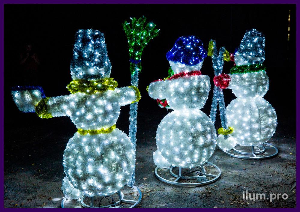Снеговики с мишурой на металлической проволоке и светодиодными гирляндами