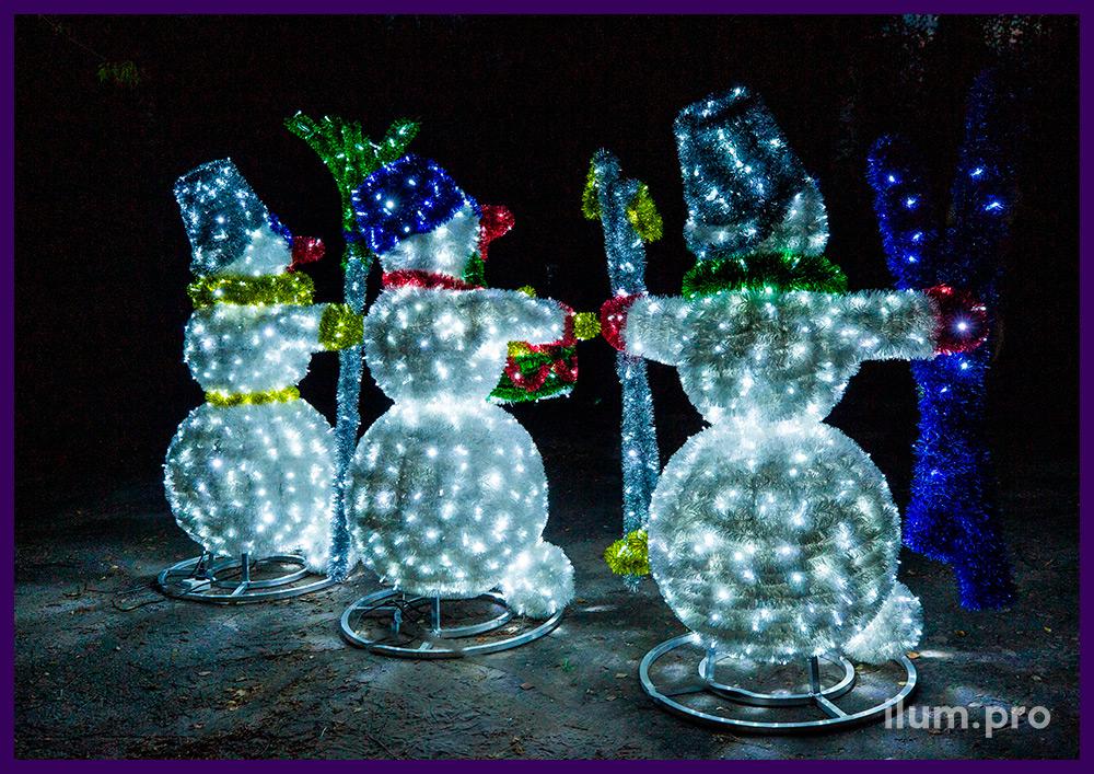 Декорации новогодние в форме снеговиков, фигуры с подсветкой гирляндами и блестящей мишурой