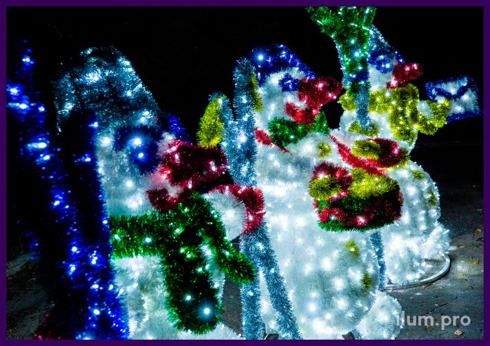 Три светодиодных снеговика из гирлянд и разноцветной мишуры на алюминиевом каркасе