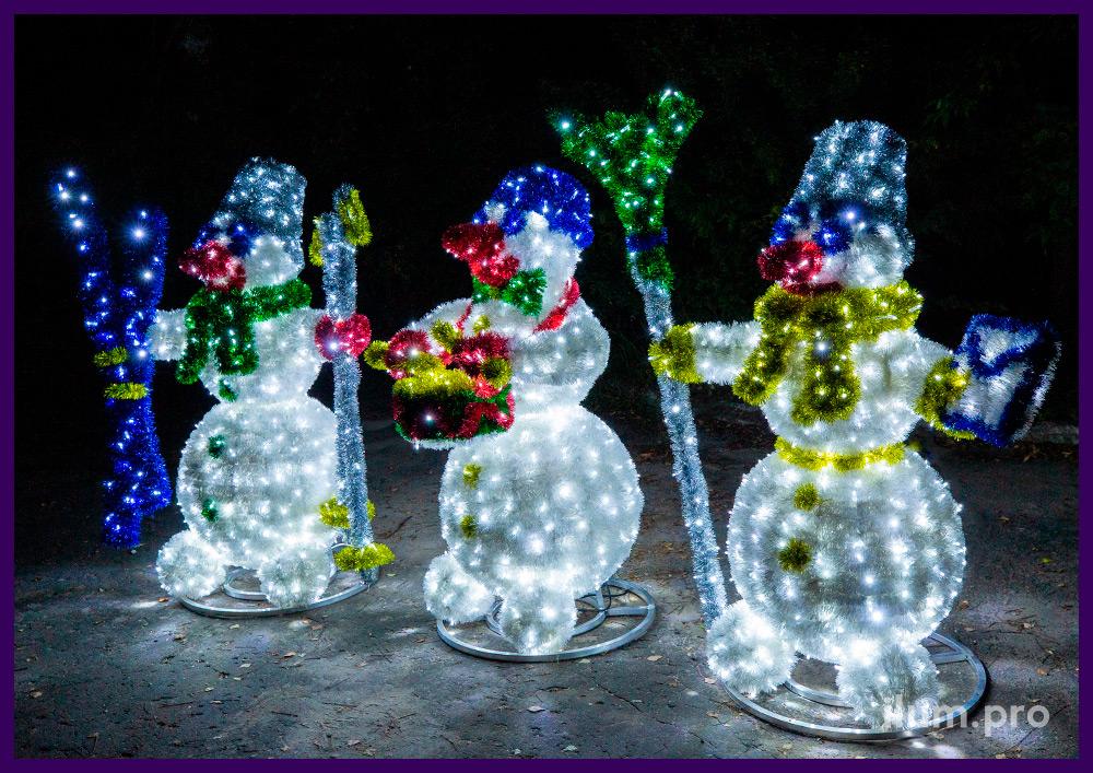 Снеговики объёмные светодиодные с конвертом, лыжами и барабаном из мишуры и гирлянд