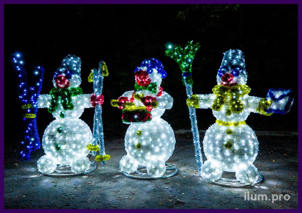 Три светодиодных снеговика с разноцветной мишурой и гирляндами, декорации на Новый год