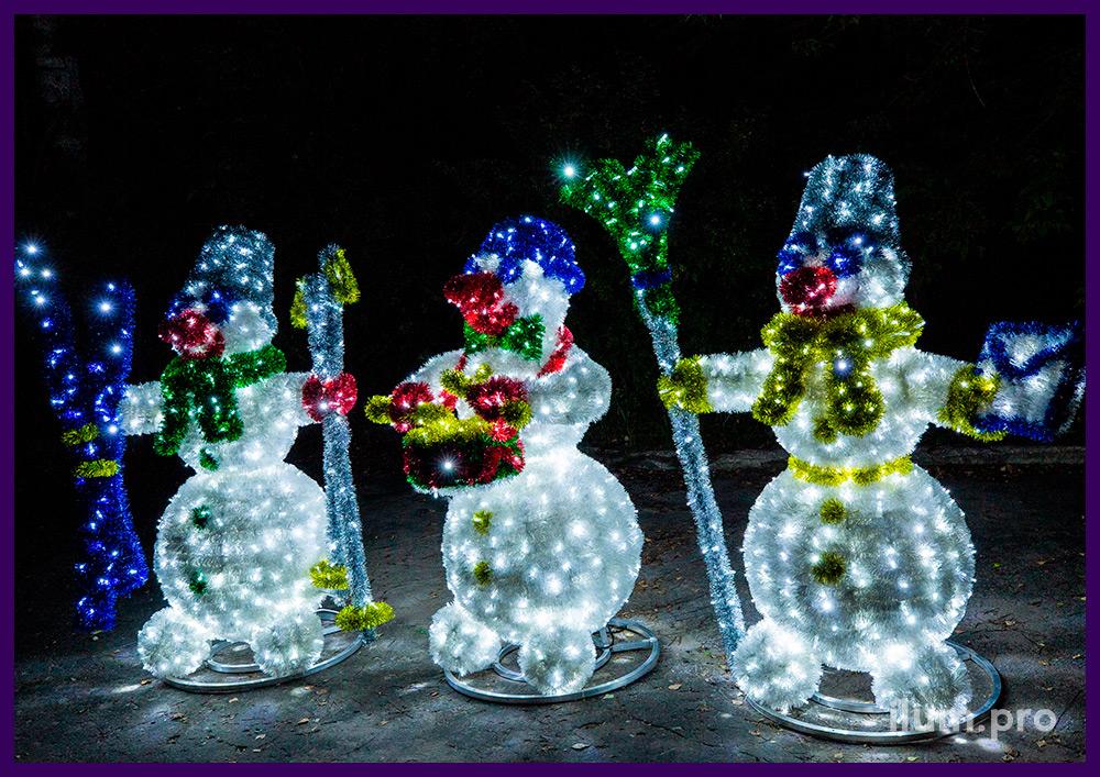 Украшение улицы светодиодными фигурами снеговиков с мишурой, новогодние декорации
