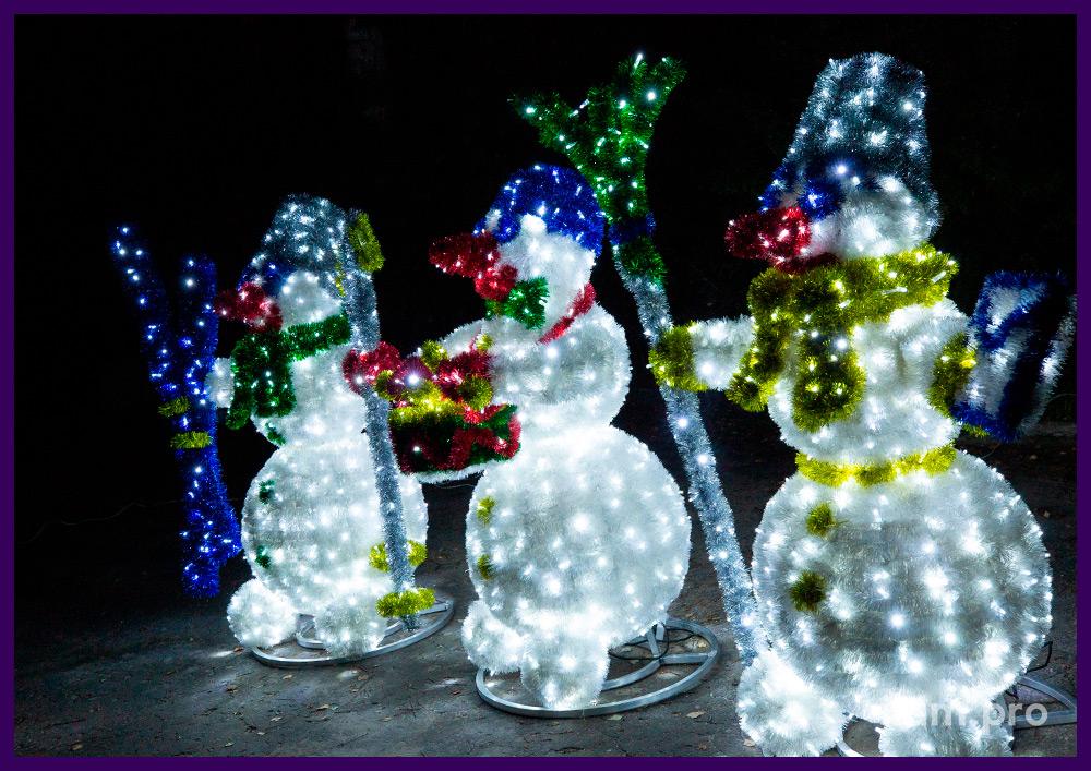 Снеговики с пушистой мишурой и подсветкой гирляндами - новогодние декорации