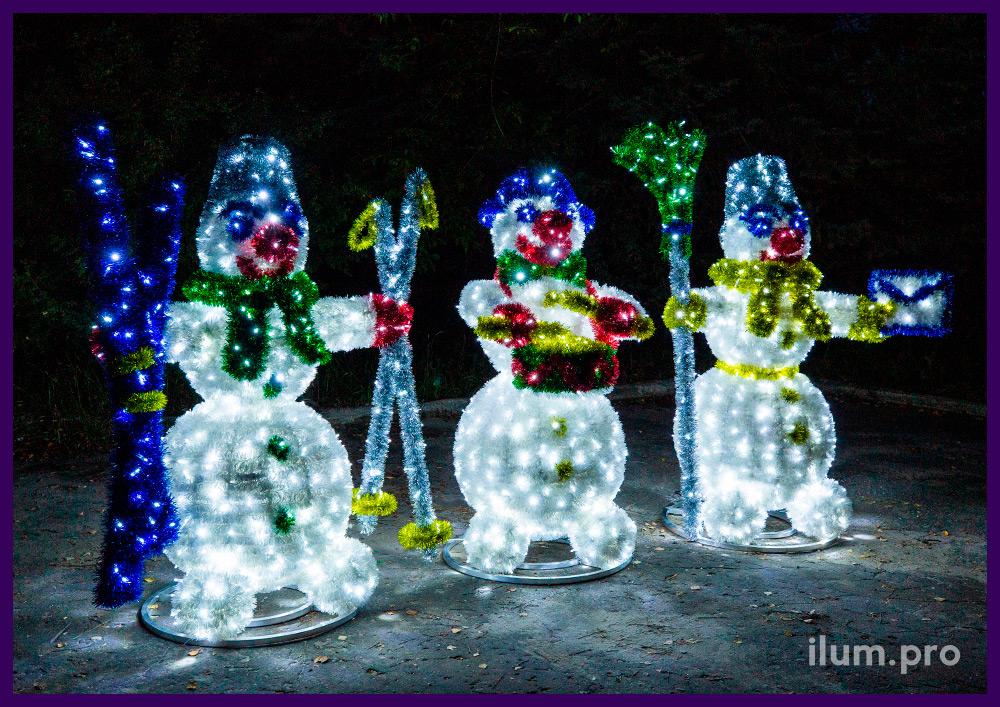 Объёмные декоративные фигуры снеговиков с мишурой на металлической проволоке и гирляндами