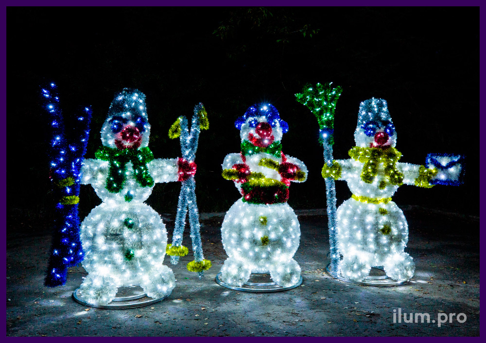 Уличные декорации с подсветкой гирляндами в форме снеговиков с мишурой и гирляндами