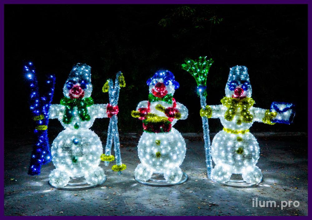 Фигуры снеговиков объёмные с пушистой мишурой разных цветов и гирляндами
