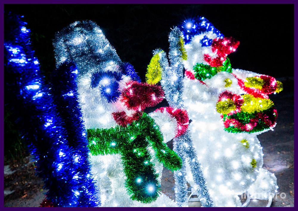 Снеговики с подсветкой гирляндами, объёмный каркас из алюминия и разноцветной мишуры