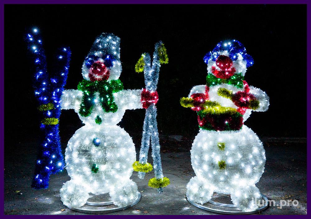 Снеговики с гирляндами и разноцветной мишурой на объёмном каркасе из алюминия