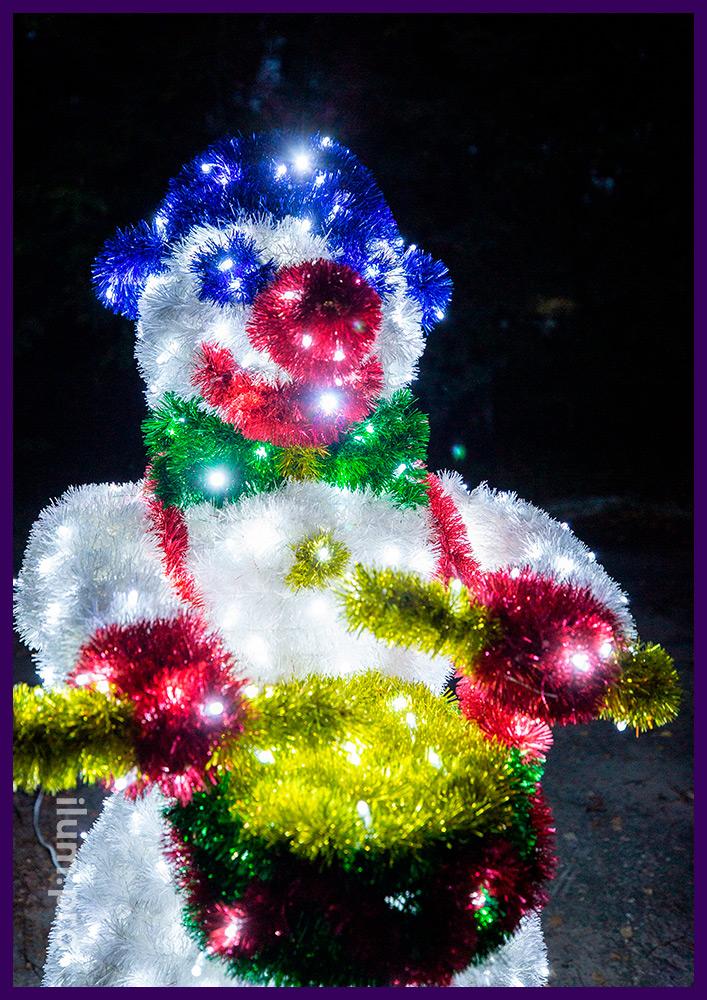 Снеговик пушистый светодиодный из мишуры и гирлянд с барабаном в руках