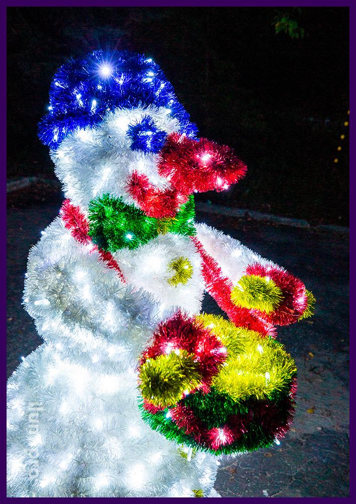 Снеговик-барабанщик из разноцветной мишуры и светодиодных гирлянд с защитой от осадков