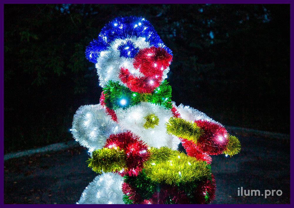 Снеговик из алюминиевого каркаса и светодиодных гирлянд, разноцветная мишура на проволоке