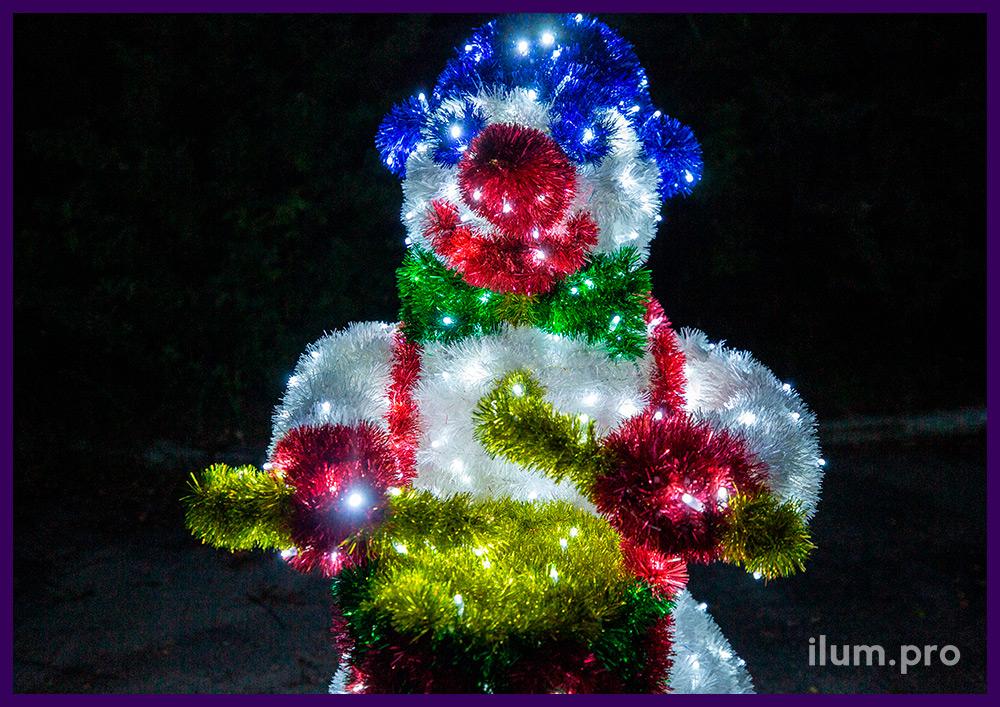 Снеговик с барабаном, декоративная фигура с подсветкой гирляндами и разноцветной мишурой