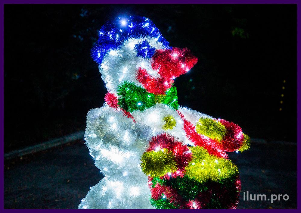 Снеговик-барабанщик из мишуры и гирлянд с каркасом из алюминиевого профиля