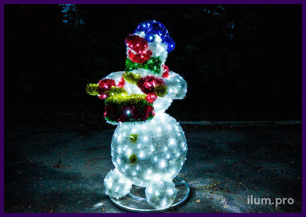 Новогодняя фигура с гирляндами в форме снеговика-барабанщика с пушистой мишурой
