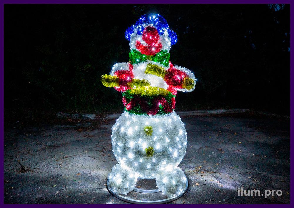 Фигура снеговика с барабаном для украшения улицы на новогодние праздники, гирлянды и мишура
