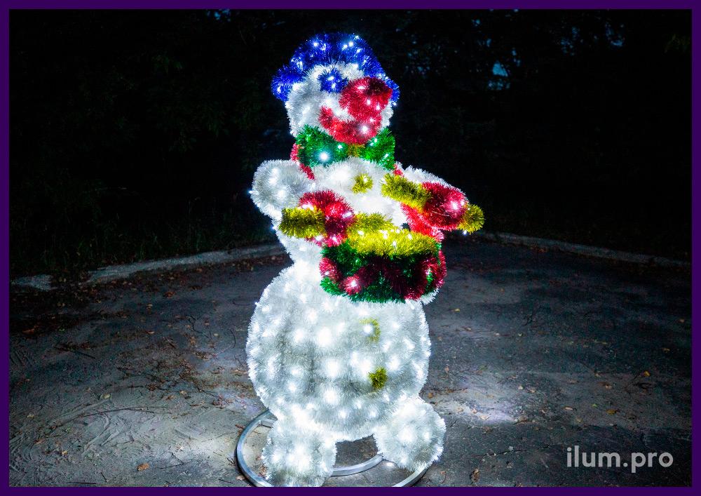 Световые фигуры из мишуры и гирлянд в форме снеговиков с музыкальными инструментами, барабанщик