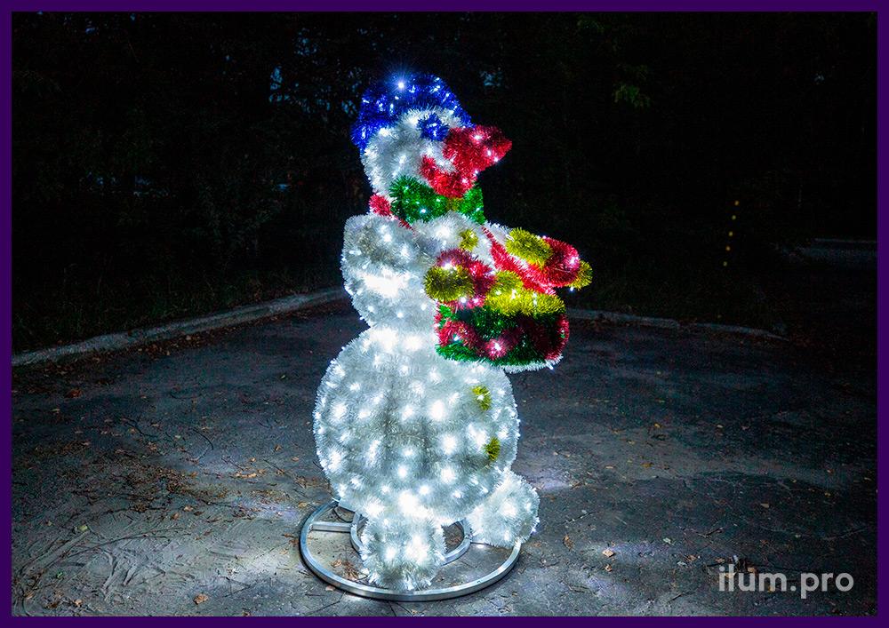 Снеговик с барабаном из металлического каркаса, мишуры и гирлянд, разноцветные декорации